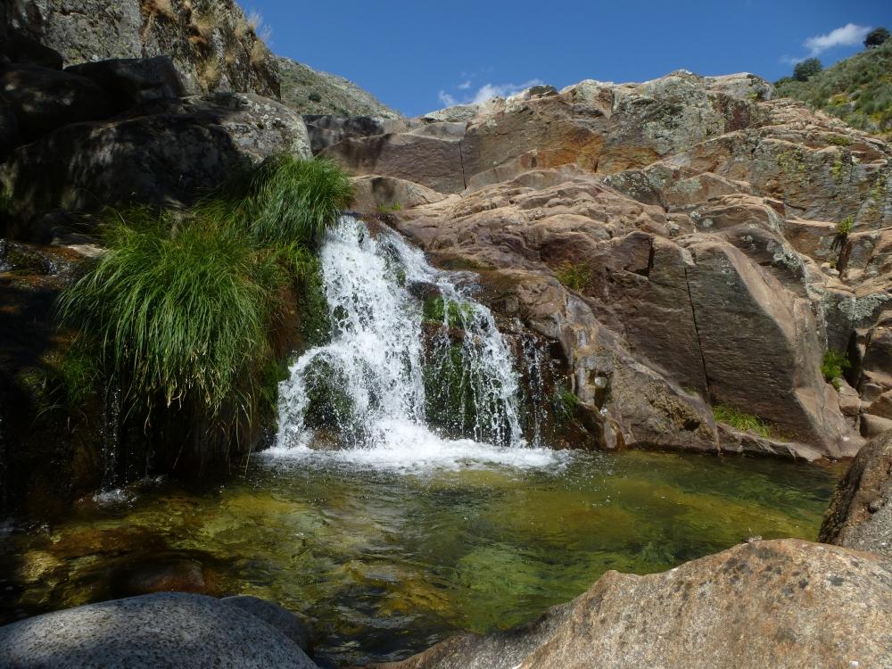 Gargantas de agua cristalina cascadas charcas 3 for Fuente cascada agua